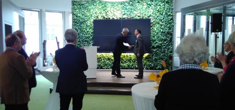 Volksbank-Stiftung spendet für Vortragsreihe 1.500 Euro